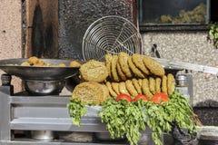 Falafelen i metallbunken, falafel är en traditionell egyptisk mat Royaltyfria Foton