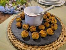 Falafels croustillants avec de la sauce à yaourt photographie stock libre de droits