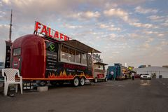 Falafels de servicio del camión de la comida, Abu Dhabi foto de archivo