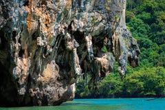 Falaise énorme de chaux dans la baie de Phang Nga, Thaïlande Photographie stock libre de droits