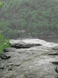 Falaise au-dessus d'une rivière Photos stock