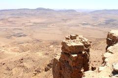 Falaise au-dessus de cratère de Ramon images libres de droits