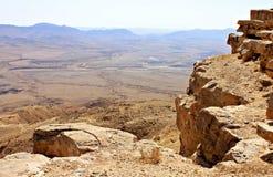 Falaise au-dessus du cratère de Ramon image stock