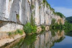 Falaise au-dessus du sort de rivière Photo stock