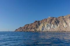 Falaise avec le phare en haut dans Santorini Images stock