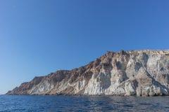 Falaise avec le phare en haut dans Santorini Photographie stock