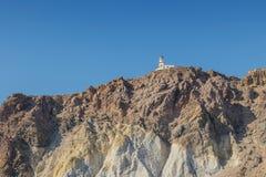 Falaise avec le phare en haut dans Santorini Image stock