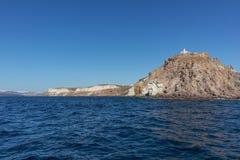 Falaise avec le phare en haut dans Santorini Photo libre de droits