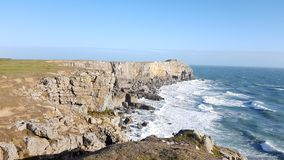 Falaise côtière de St Govans près de Bosherston, en parc national de côte de Pembrokeshire, le Pays de Galles Images libres de droits