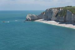 Falaise d'Amontklippa av Etretat, Normandie, Frankrike Royaltyfria Foton