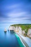 Falaise d'Etretat Aval et point de repère et océan de roches. La Normandie, France. Photographie stock libre de droits