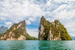 Falaise dans le lac de LAN de Khao Sok Cheow, Thaïlande Image libre de droits
