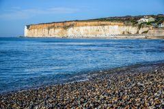 Falaise de craie blanche de sept soeurs dans les bas du sud parc national, East Sussex, Eastbourne, R-U photos stock