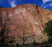 Falaise de formation de roche sédimentaire Photographie stock libre de droits