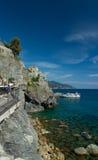 Falaise de mer et ciel bleu avec de l'eau clair comme de l'eau de roche photo libre de droits