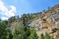 Falaise de montagne de roche et ciel bleu Image libre de droits