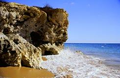Falaise de plage Photographie stock libre de droits
