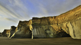 Falaise de plage de sable de noir du Nouvelle-Zélande Photo stock