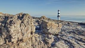 Falaise de point de Penmon à marée basse photos stock