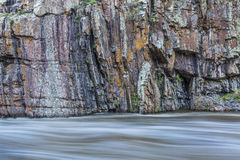 Falaise de roche et rivière de whitewater Images libres de droits