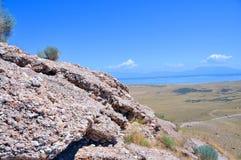 Falaise donnant sur le Grand Lac Salé en Utah image stock