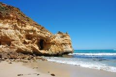 Falaise en pierre de sable à la plage Photos libres de droits