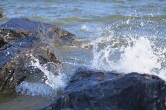 Falaise en pierre lavée par la vague de mer Photos libres de droits
