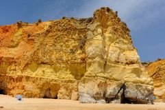 Falaise en plage de Portimao, Algarve, Portugal Photo stock