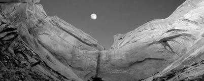 Falaise et lune de grès Photographie stock libre de droits