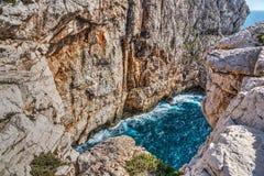Falaise et mer bleue dans le capo Caccia image libre de droits