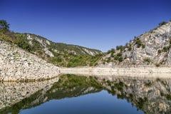 Falaise et paysage 3 de rivière Image stock