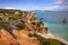 Falaise et plage - Ponta de Piedade, Portugal Photos stock
