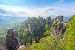Falaise incroyable de wizz de paysage près de Rathen, Allemagne, l'Europe Sach photographie stock libre de droits