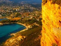 Falaise jaune au-dessus de cassis en Provence photo libre de droits