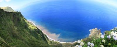 Falaise moussue sur l'île de Corvo et l'Océan Atlantique Images stock