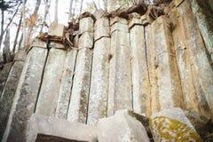 Falaise naturelle stupéfiante des rochers pentagonaux photographie stock libre de droits