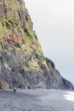 Falaise noire de plage Photo libre de droits
