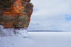 Falaise orange d'hiver avec l'espace de copie photos stock