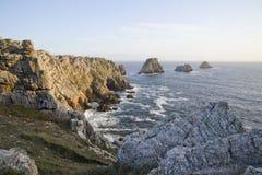 Falaise par la côte au-dessus de la mer photographie stock