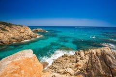 Falaise près de plage de Chia avec de l'eau azuré, Sardaigne, Italie Images stock