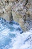 Falaise, roches par la mer avec des vagues de la mer Méditerranée après Photo libre de droits