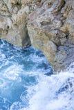 Falaise, roches par la mer avec des vagues de la mer Méditerranée après Photographie stock libre de droits