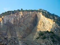 Falaise rocheuse, arbres de montagne et ciel bleu Image libre de droits
