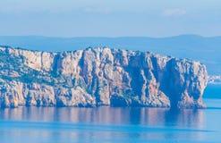 Falaise rocheuse dans le capo Caccia photo libre de droits