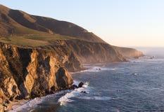 Falaise rocheuse sur le rivage d'océan de l'océan pacifique Photographie stock libre de droits