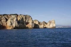 Falaise située dans le Portugal, vu de la mer photo stock