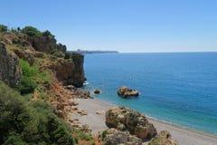 Falaises à l'extrême oriental de la plage de Konyaalti à Antalya, Turquie Photographie stock