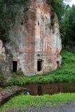 Falaises antiques de grès en parc national de Gaujas, Lettonie Photo stock