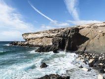 Falaises avec la mer forte l'Océan Atlantique Images stock