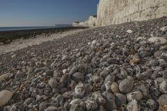 Falaises blanches, cailloux gris et cieux bleus - sept soeurs, East Sussex, Angleterre, R-U photos libres de droits